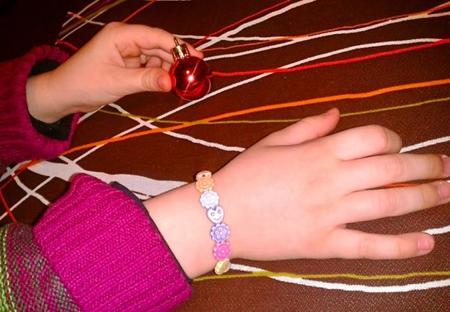 ¡Cómo disfrutan los niños haciendo sus propios collares y pulseras!