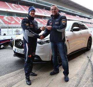 Sebastian Vettel recibe su propio Infiniti FX Vettel Edition