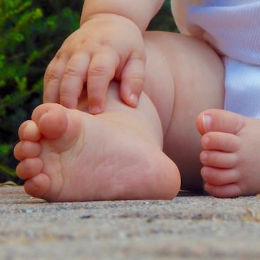 Pies planos en los bebés: por qué los niños pequeños no tienen arco plantar