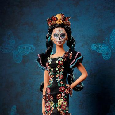 """Barbie viaja a México para homenajear el """"Día de muertos"""" y no le falta detalle (hasta se ha maquillado con una calavera mexicana)"""