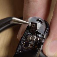 iFixit abre los Powerbeats Pro para verlos por dentro: un poco más de reparabilidad que los AirPods