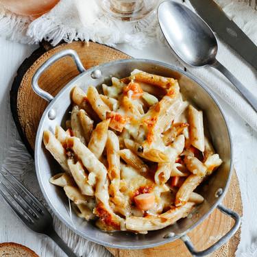 Gratinado de pasta con salchichas en salsa de champiñones. Receta de conveniencia para el fin de semana