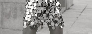 Según las chicas de moda el look definitivo de estas Navidades se crea con la minifalda de Paco Rabanne (o de Zara o Bershka)