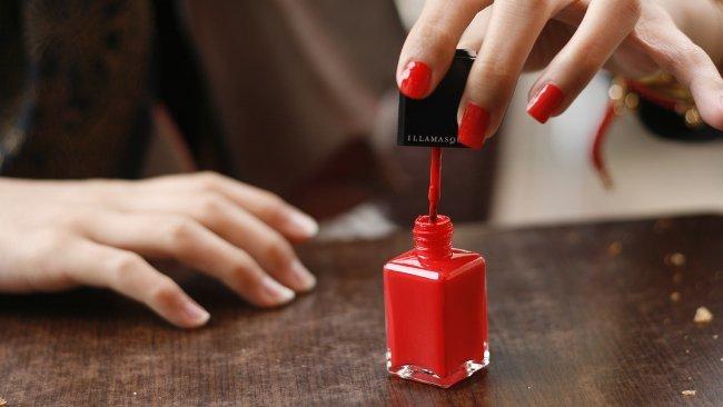 Pintándose las uñas - Zitona