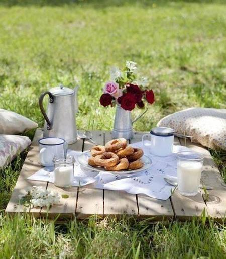 desayuna en un jardín de ensueño