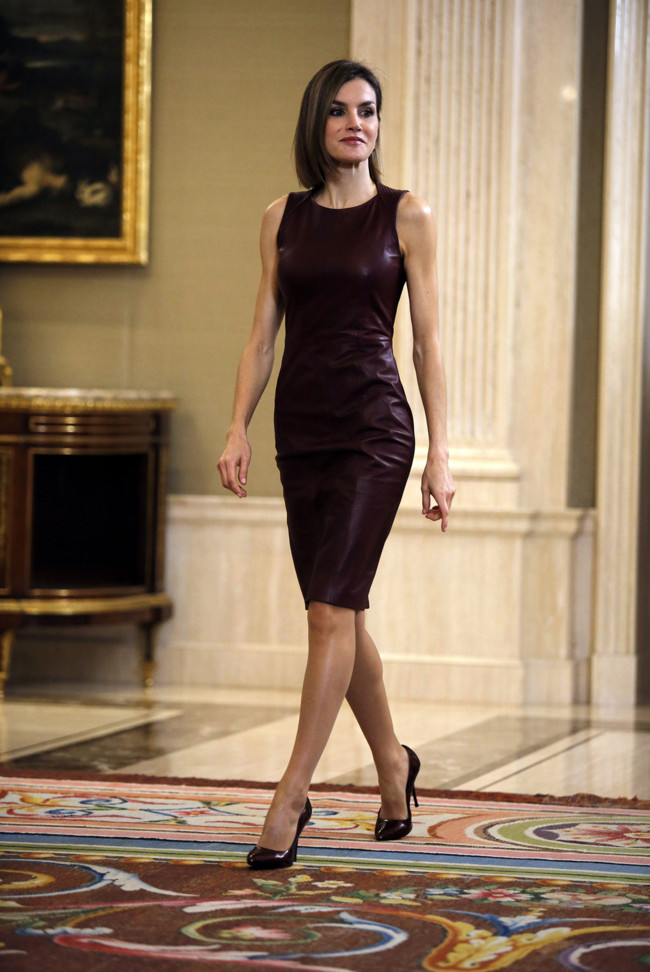 Bajo vestido negro de universitaria - 2 10
