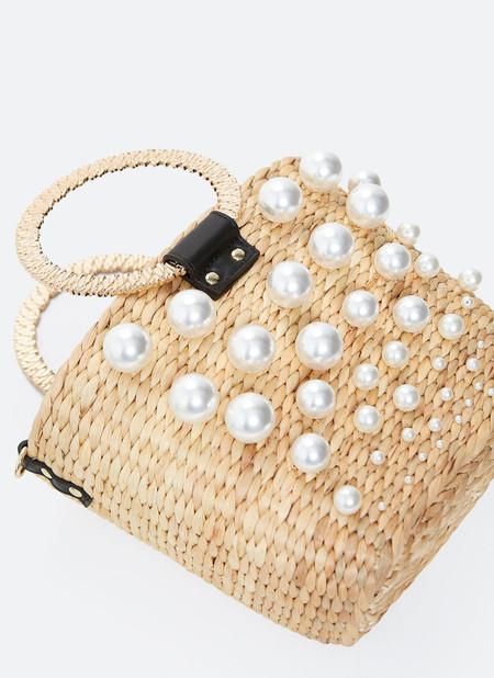 Uterqüe nos propone en su nueva colección las sandalias y bolsos más bonitos para transformar un look