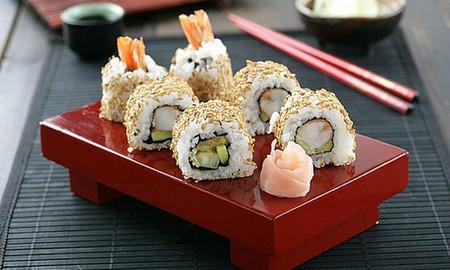 Maki roll invertido de aguacate