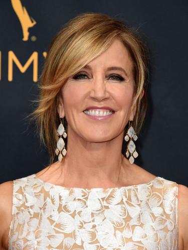 Comienzan los Premios Emmy 2016: Felicity Huffman de las primeras en pisar la 'red carpet'
