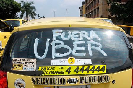 Con ayuda de los taxistas, Policía cierra un punto de atención de Uber en Bogotá