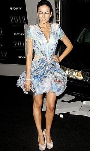 Los vestidos futuristas de Alexander McQueen son posibles, y Camilla Belle los borda