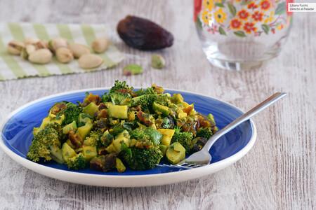Ensalada de brócoli, dátiles y pistachos con vinagreta templada: receta saludable con una mezcla de texturas adictiva