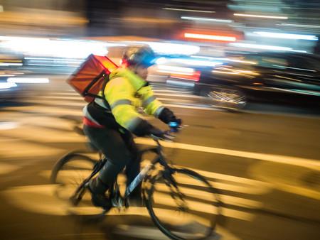 """""""Accidente de tráfico"""" vs. """"accidente laboral"""": protestas por el atropello mortal de un 'rider' con mochila de Glovo en Barcelona"""