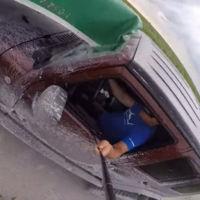 Combinar selfie, canoa y conducción no es una buena idea, y este vídeo lo demuestra