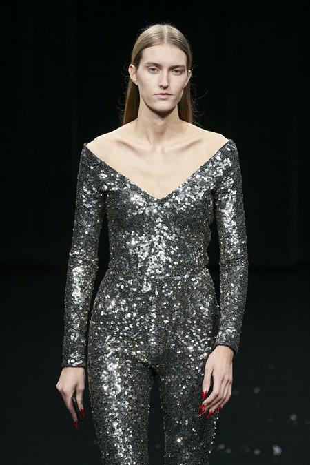 Clonados y pillados: el total look de lentejuelas plateadas de Balenciaga se puede encontrar en Zara en versión dorado