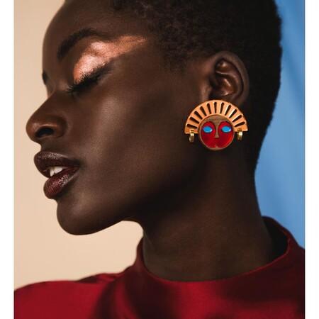 Accesorios a todo color para combinar con un look total black