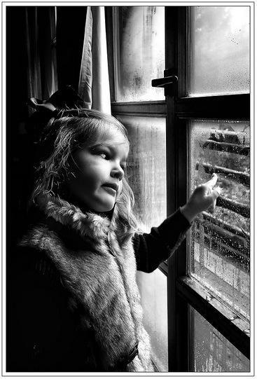 La foto de tu bebé: Elena mirando a través del cristal