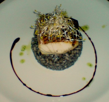 Receta de risotto negro de camarones y salmon blanco con aceite verde. De tu paladar
