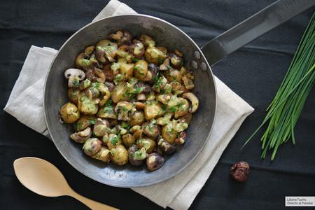 Sartén de patatas con setas y castañas a la mostaza: receta vegetariana fácil y rápida