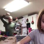 El hilarante vídeo viral de un padre dándolo todo en un divertido baile, sin saber que su hija lo enviaría a su profesora