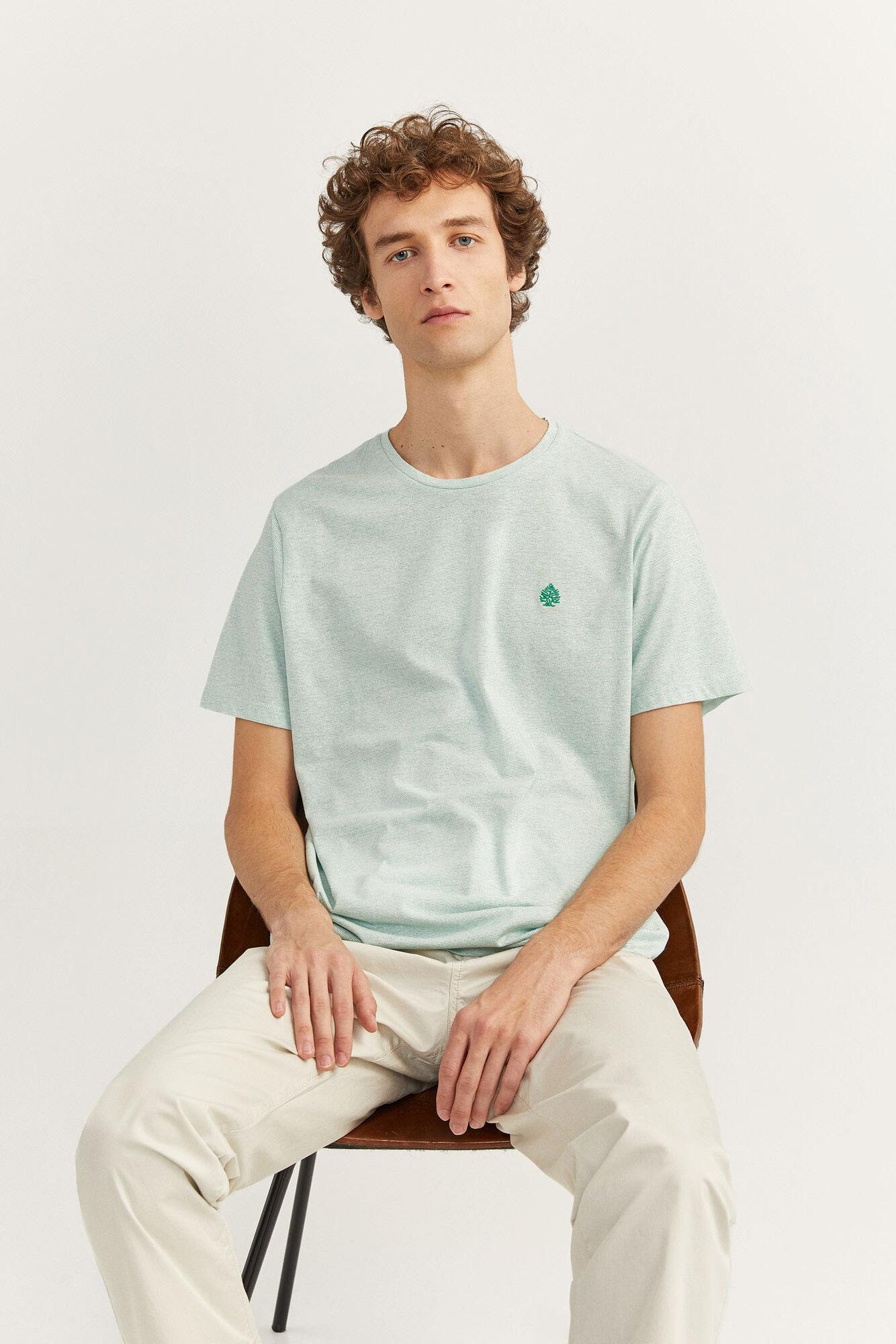Camiseta de manga corta regular fit con tejido texturado y logo bordado.