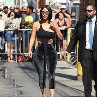 Leggins de terciopelo y un top crop imposible: Kim Kardashian se sigue superando