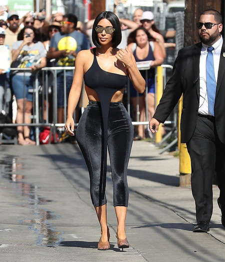 Leggins de terciopelo y un top crop imposible: Kim Kardashian se sigue superando