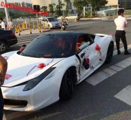 Rentas un Ferrari para llegar flamante a tu boda... y lo chocas