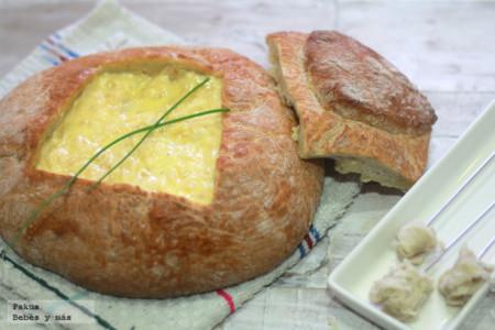 Un aperitivo original para los niños más queseros: receta de fondue de queso servida dentro de una hogaza