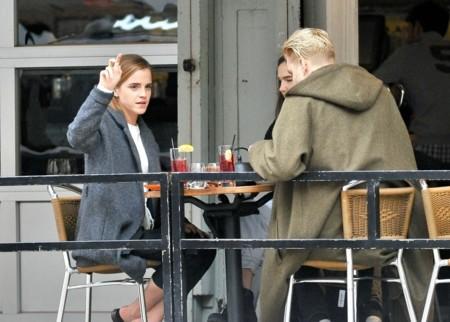 Emma Watson con unos amigos