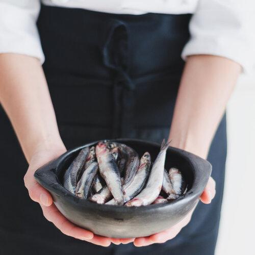 Anchoa y boquerón, el pescado azul de temporada más accesible del verano: qué es, cómo prepararlo y seis recetas para disfrutarlo