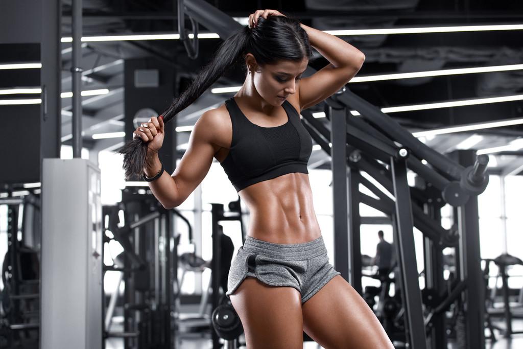 Entrena tus abdominales en el gimnasio: siete ejercicios con barras, mancuernas y poleas