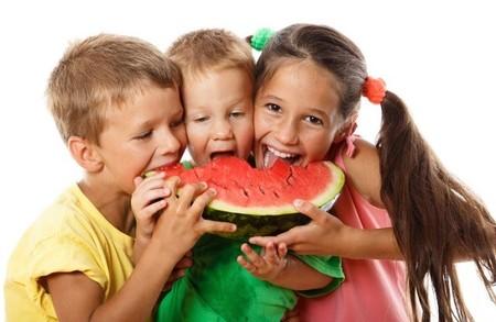 niños-comiendo-fruta