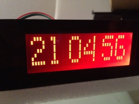 También podemos mostrar un reloj de gran tamaño en el display con el cliente lcdproc