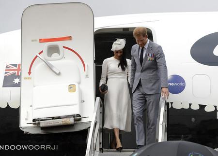 Meghan Markle aterriza en Fiji con un look blanco de lo más Kate Middleton, es hora de volver a sus juveniles looks