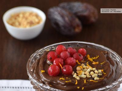 Crema de chocolate, aguacate y plátano con dátiles. Receta de postre para permitirse un capricho