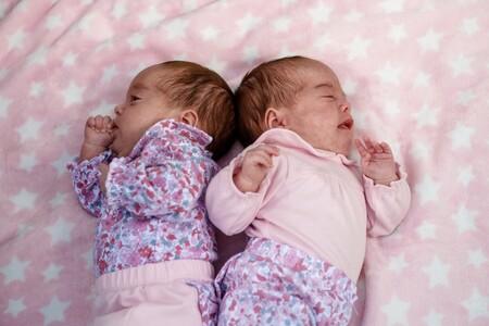 Las primeras gemelas nacidas con coronavirus en Reino Unidos se recuperan en casa