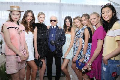 """El Káiser se rodea de bellezones para la presentación de su libro """"Fendi by Karl Lagerfeld"""""""