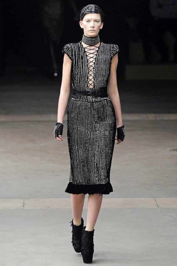Foto de Alexander McQueen Otoño-Invierno 2011/2012 en la Semana de la Moda de París: Sarah Burton continúa con nota el legado (4/27)