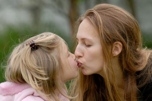 Los padres deberían pensarse dos veces besar a sus hijos en los labios, según una psicóloga