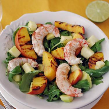 Ensalada de gambones y rúcula con nectarinas a la parrilla: receta fresca y ligera para el verano