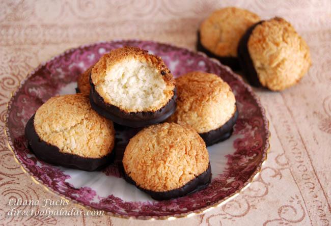 Macaroons de coco y almendra bañados en chocolate negro