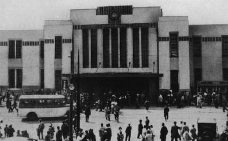 Shinjuku y su estación de tren llena de fantasmas que disuaden a los suicidas