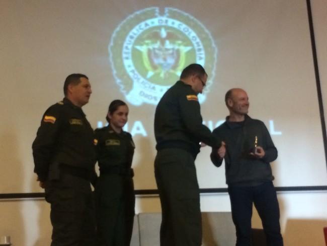 Jorge Mateu Recibe Una Condecoracion De La Policia Nacional De Colombia Por El Software De Su Equipo