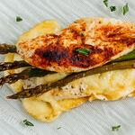 Pechugas de pollo rellenas de espárragos y queso. Receta fácil