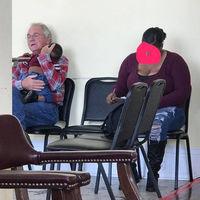 La conmovedora fotografía de un hombre acunando al bebé de una madre que necesitaba ayuda
