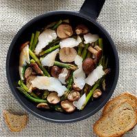 Salteado de espárragos verdes y shiitakes con bacalao ahumado y miso: receta ligera (y muy fácil) para la cena