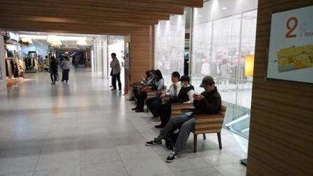 Gente usando smartphones