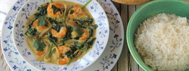 Curry cremoso de langostinos, espinacas y cebolla, la sencilla receta ligera de inspiración oriental