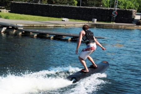 Raddin nos permite cabalgar sobre las olas con una tabla de wakeboard eléctrica